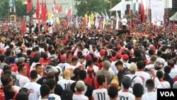 Massa menghadiri kampanye terbuka yang menghadirkan Capres 01 Joko Widodo di Solo, Selasa (9/4). (Foto: VOA/Yudha)
