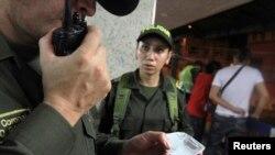 Polisi Kolombia memeriksa catatan kriminal tersangka dalam penggerebekan narkoba di Cali, Kolombia. (Foto: Dok)