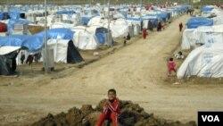 Kurdi u improvizovanom izbegličkom kampu