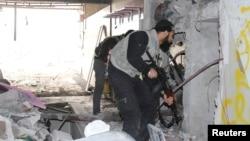 Tentara pemberontak Suriah mengambil posisi dalam pertempuran di pinggiran ibukota Damaskus (31/3).