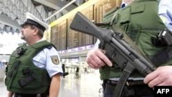 Frankfurt hava alanında terör alarmına geçen polisler