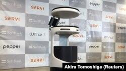 SoftBank menampilkan robot layanan makanan Servi, yang dikembangkan oleh Bear Robotics yang berbasis di California ke Jepang saat restoran bergulat dengan kekurangan tenaga kerja dan berupaya memastikan jarak sosial selama wabah Covid-19, di Tokyo, Jepang