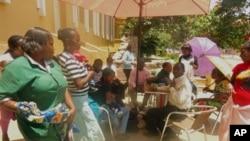 Grevistas em frente ao Grande Hotel da Huíla, no Lubango