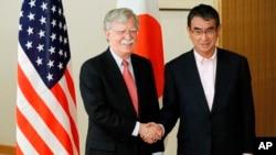 2019년 7월, 당시 존 볼튼 백악관 국가안보보좌관과 고노 다로 일본 외상이 22일 도쿄에서 만나 회담 전 악수하고 있다.