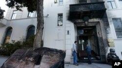 Konsulat China di San Francisco yang dibakar seorang pria keturunan China (2/1). (AP/Jeff Chiu)
