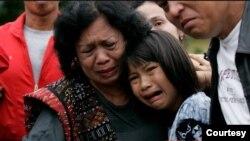 Windy (yang ketika itu baru berusia 10 tahun) dan ibunda Harry Siregar menangis pilu dalam upacara pemakaman di Jakarta, April 2011. (Foto: pribadi)