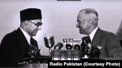 پاکستانی وزیرِ اعظم لیاقت علی خان امریکی صدر ہیری ٹرومین سے مصافحہ کر رہے ہیں۔ 3 مئی 1950