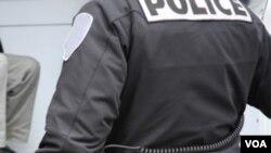 La policía desconoce las intensiones del hombre.