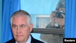 Menlu Rex Tillerson, mendapat penjelasan dari Jendral Vincent K. Brooks (tidak tampak dalam gambar), komandan Pasukan Gabungan Pasukan AS di Korea yang berada di bawah PBB di desa perbatasan Panmunjom, Korea Selatan, 17 Maret 2017 (foto: Korea Pool/Yonhap via REUTERS)