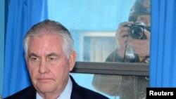 美国国务卿蒂勒森听取联合国军司令、美国陆军上将布鲁克斯介绍情况(一名朝鲜士兵透过窗户拍照)