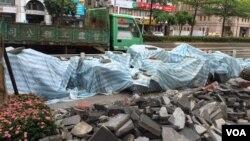 台北市中山區一街道工地為防範台風做準備(美國之音林楓拍攝 )