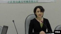 民進黨立委蕭美琴2月23日在立院記者會上(美國之音申華拍攝)