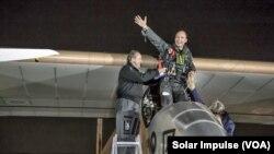 Pilot Bertrand Piccard melambaikan tangannya sesaat setelah pesawat bertenaga surya, Solar Impulse, yang dikendarainya mendarat di Dulles, Washington DC (Foto: dok). Solar Impulse telah memulai penerbangan lintas negara bagian terakhirnya, dengan lepas landas dari Bandara Dulles menuju New York, Sabtu (6/7).