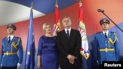 Presiden Serbia Tomislav Nikolic dan ibu negara Dragica menyanyikan lagu kebangsaan Serbia dalam upacara pelantikan presiden di Beograd (11/6).