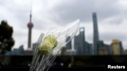 上海踩踏事件悼念儀式上有人敬獻鮮花悼念死難者