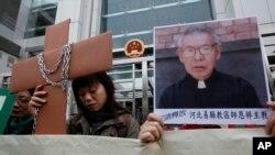 香港天主教徒举着师恩祥主教的肖像在中联办附近示威(2010年12月7日)