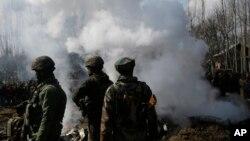 بھارت کے زیرِ انتظام کشمیر میں سیکورٹی اہل کار بھارتی جنگی طیارے کی آگ بجھانے کی کوشش کر رہے ہیں، جسے پاکستانی طیاروں نے مار گرایا تھا۔ 27 فروری 2019