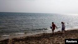 Des enfants jouant sur une plage à Hammamet en Tunisie.