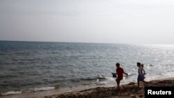 Des enfants jouant sur une plage à Hammamet, Tunisie, le 19 février 2013.