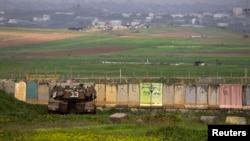 Tank Israel disiagakan di sebelah utara Jalur Gaza, Kamis (13/3).