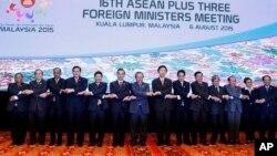 Para Menlu negara-negara ASEAN melakukan foto bersama pada acara KTT di Kuala Lumpur, Malaysia, Kamis (6/8).