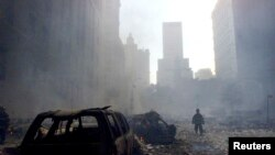 Un pompier marche dans les décombres du World Trade Center, à New York, le 11 septembre 2001.