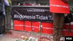"Slogan ""Kami Tidak Takut"" di Jakarta (VOA/Fathiyah)."