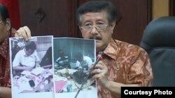 Jaksa Agung Basrief Arief menunjukkan foto saat Susno Duadji menandatangani surat pelaksanaan putusan pengadilan tingkat Mahkamah Agung. (Courtesy: Kejaksaan Agung)