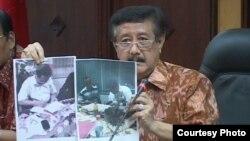 Jaksa Agung Basrief Arief menunjukkan foto mantan Kapolri Komjen Susno Duadji, yang telah dihukum penjara karena kasus korupsi. (Foto: Dok)
