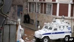 3일 터키 이스탄불 경찰서에 테러 공격이 있은 후 경찰이 인근 지역을 통제하고 있다.