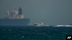 13일 아랍에미리트(UAE) 푸자리아라항 인근에서 에미라티 해안경비대 순시선이 사우디 아라비아 유조선을 지나 항해하고 있다.