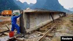 Công nhân xây dựng cầu đường ở Việt Nam