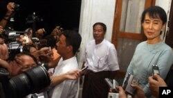 缅甸民主偶像昂山素季寻求美国关注该国人权问题。图为她6月21日与欧盟特使会晤