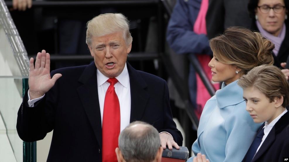 Donald Trump tuyên thệ nhậm chức tổng thống thứ 45 của Mỹ tại Lễ Nhậm chức Tổng thống trước Điện Capitol ở Washington, ngày 20 tháng 1, 2017.
