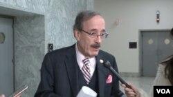 엘리엇 엥겔 하원 외교위원장이 13일 의회에서 VOA 기자의 질문에 답하고 있다.
