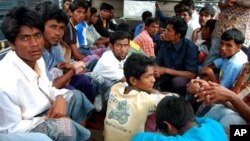 Para pencari suaka dari Muslim Rohingya berhasil diselamatkan dari kapal mereka yang ditemukan terapung-apung di lepas pantai Aceh (27/2). Sebanyak 121 warga Rohingya yang ditemukan dalam keadaan lapar dan lemah ini dibawa ke tempat penampungan di Lhokseumawe (AP Photo/Rahmat Yahya).