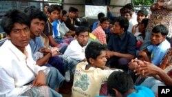 Para pencari suaka dari etnis Rohingya di Burma setelah diselamatkan dari kapal di Lhokseumawe, Februari 2013. (AP/Rahmat Yahya)