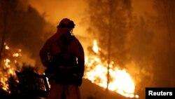 El Departamento Forestal y Protección contra Incendios dijo que 500 inmuebles están amenazados por el siniestro, que les ha costado la vida a dos bomberos.