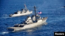 미 7함대 소속 구축함 베리 호(앞쪽)가 지난 2013년 2월 프랑스 군과의 합동 대잠수함 훈련에서 프랑스 해군 구축함과 나란히 항해하고 있다. (자료사진)