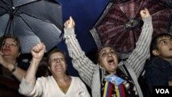 Para aktivis oposisi di Armenia melakukan unjukrasa di ibukota Armenia, Yerevan, untuk hari kedua hari Sabtu (1/10).