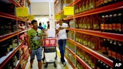 Cuba has opened a shop in Havana that could operate as the country's first wholesale store for the new private sector. This shop will offer products in bulk, or large amounts, at lower prices than in regular stores.