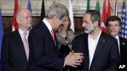 28일 이탈리아 로마에서 열린 회담에서 존 케리 미 국무부 장관(왼쪽)과 무아즈 알 카티브 시리아국가연합 의장(오른쪽).