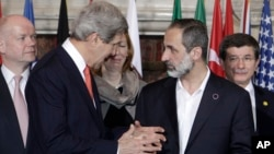 U.S. Secretary of State John Kerry talks to Syrian opposition coalition leader Mouaz al-Khatib. (Feb. 28, 2013)