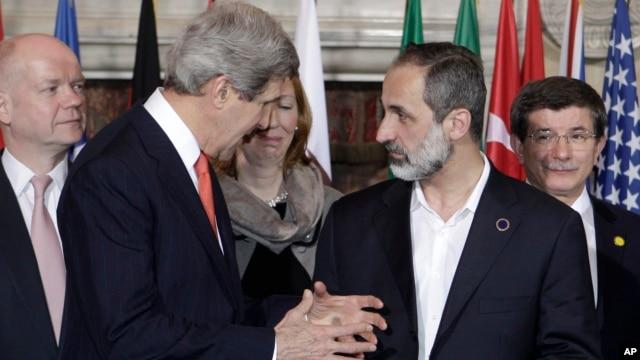 U.S. Secretary of State John Kerry talks to Syrian opposition coalition leader Mouaz al-Khatib. (Feb. 28, 2013)
