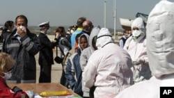 Para migrant yang berhasil diselamatkan tim SAR, tiba di pelabuhan Corigliano, Italia, 15 April 2015 (Foto:Francesco Arena, ANSA via AP).