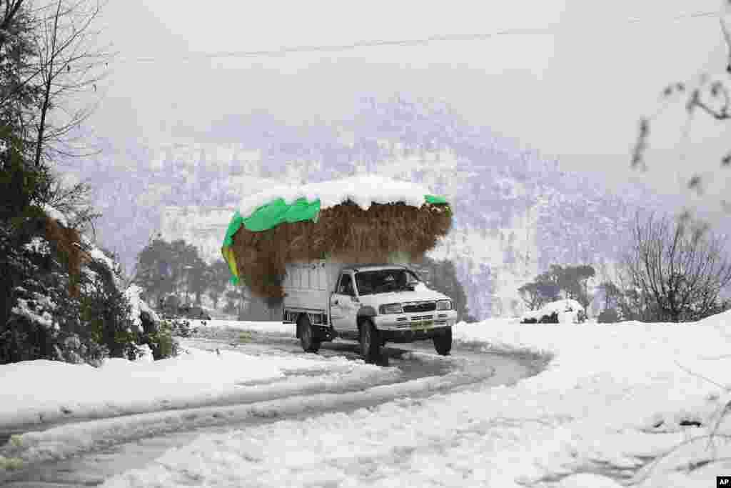 برف سنگین در مناطق نزدیک به کشمیر هند در شمال این کشور.
