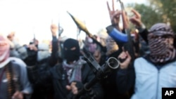 مردان مسلح در خیابان ها علیه ورود نیروهای حکومت شیعی عراق شعار می دهند. فلوجه، ۷ ژانویه، ۲۰۱۴
