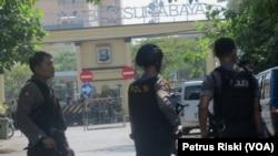 Polisi melakukan penjagaan ketat di salah satu akses menuju Mapolrestabes Surabaya pasca serangan bom bunuh diri. (VOA/Petrus)
