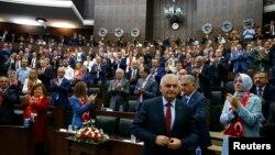 بینالی ییلدیریم نخست وزیر ترکیه در حال آماده شدن برای ایراد سخنرانی در پارلمان - ۲۹ تیر ۱۳۹۵