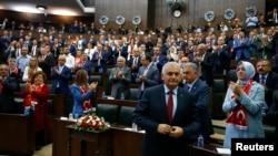 비날리 이을드롬 터키 총리(앞줄)가 19일 의회에서 열린 집권당 회의에서 연설하기 위해 입장하고 있다.